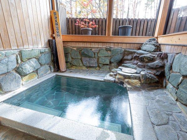 趣がある坪庭付き半露天岩風呂「四季森の湯」