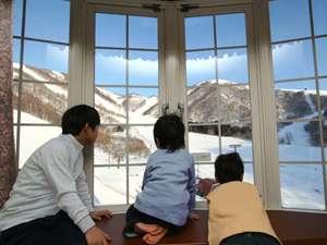 ゲレンデ側のお部屋の窓からは白銀の世界を堪能できます!(写真は一例です)