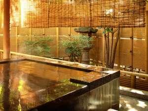 『松風庵』松籟の間(101号室)の露天風呂。純生の湯と爽やかな陽射しを浴びてほっとひと息。
