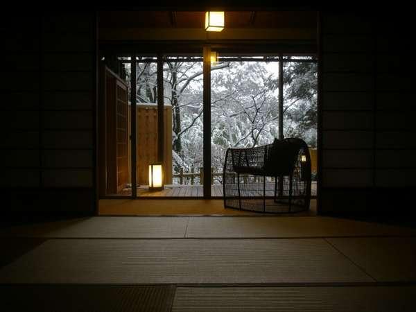 『松風庵』松籟の間(101号室)の冬の情景。窓の向こうには神秘的な雪景色が広がります。