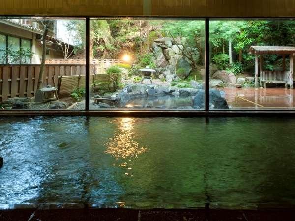 1階大浴場。広々とした空間とガラス越しに映る外の景色が人気です。どうぞ、ごゆるりとお寛ぎ下さいませ。