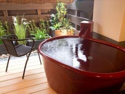 温泉露天風呂付き客室『孔雀殿・彩』の露天風呂一例。浴槽も各お部屋のテーマの彩になっております。