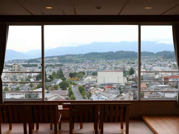 7階客室からの景色。アルプスの山並みと松本平の雄大な景色が広がります。