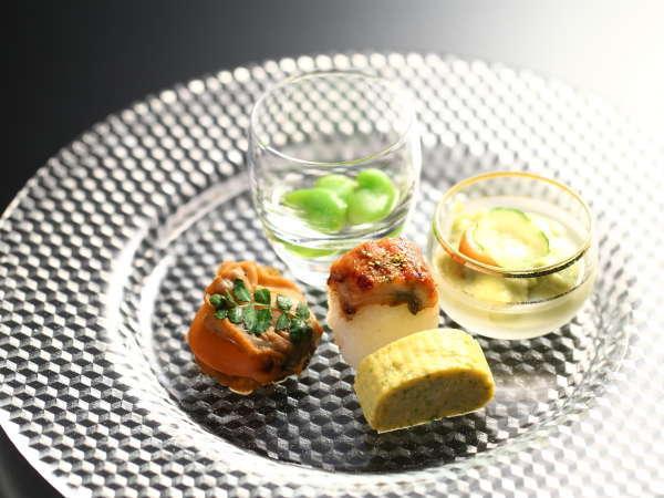 ≪前菜≫空豆、鰻棒寿司、ごま豆腐など、見た目も涼しく。夏の一例。