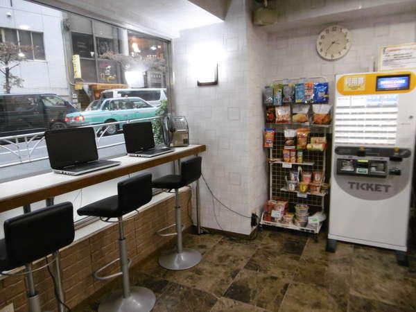 1Fフロントスペース(*^_^*)急な宿泊に便利な携帯充電器等販売!フリーPC