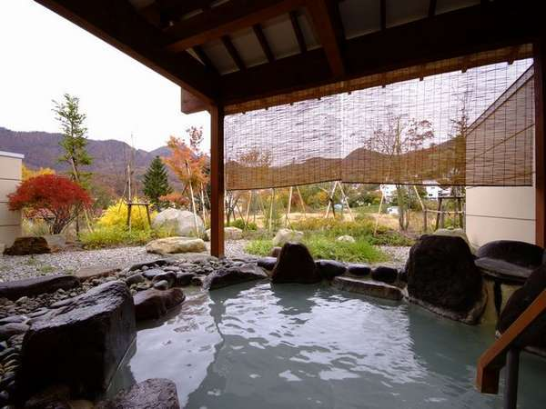 離れ湯 百八歩【秋】/露天風呂 開放感あふれる露天風呂