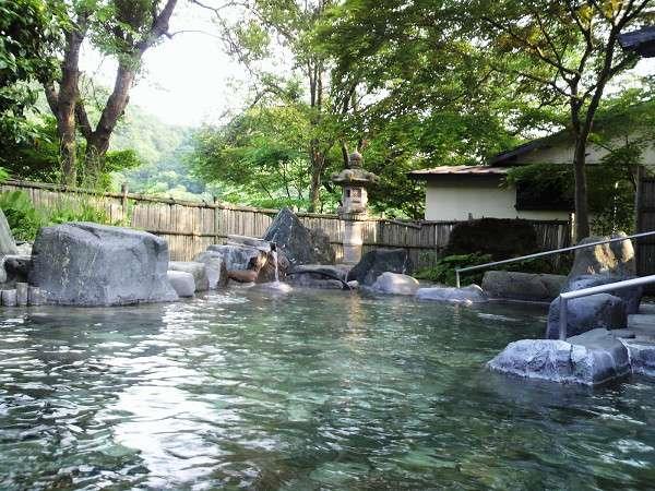「長生の湯」の混浴露天風呂。大自然の真ん中でマイナスイオンと美肌の湯をお楽しみください