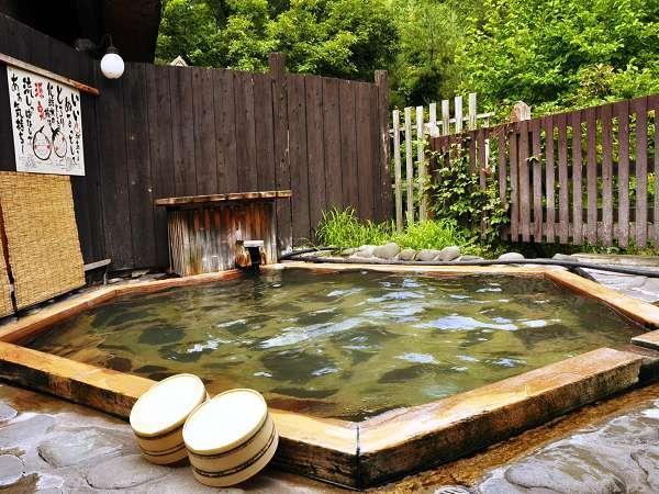 男女別の露天「鶴亀の湯」。亀甲ひのきのお風呂は時間で男女入替。