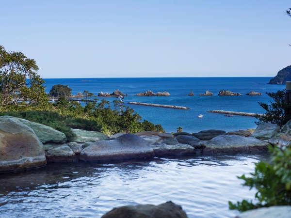 露天風呂から太平洋、橋杭岩が一望できます。日の出時間にオープンしていますので朝日をご覧ください