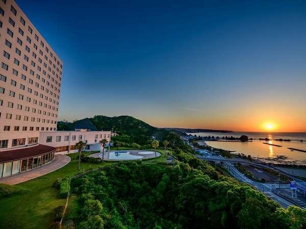 ホテル外観と朝日