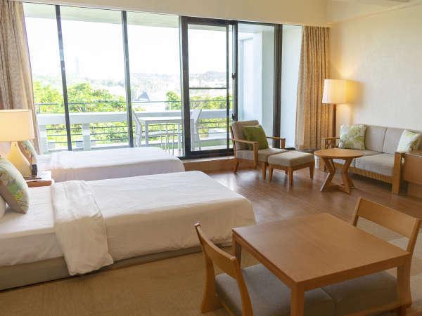 ナチュラルラグジュアリーはベッド2台と小上がりを備えたお部屋です