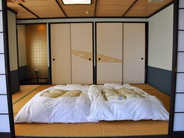 露天風呂 京都 露天風呂付き客室 : 露天風呂付き客室の寝室。ふ ...