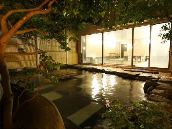 大浴場、露天風呂。脱衣所から階段を下りて内風呂、ガラスの外に露天岩風呂があります
