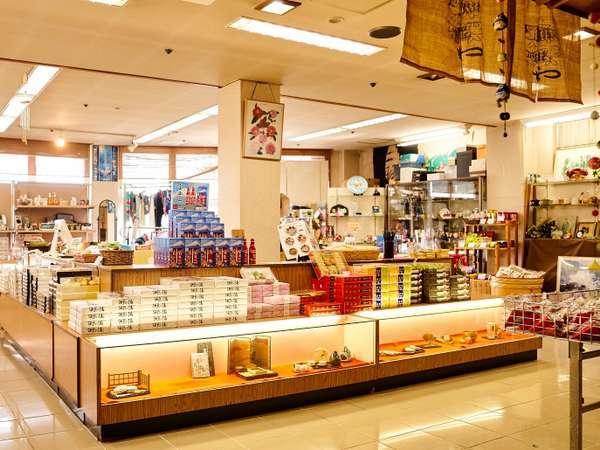 1階売店コーナー。お土産用のお菓子やかわいい小物を揃えております♪