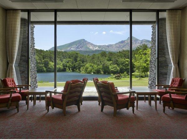 大きな窓の外には磐梯山と弥六沼の絶景が広がるティーラウンジ