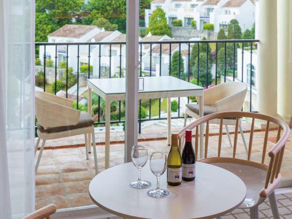 スーペリアツイン客室のミニボトルワインセット