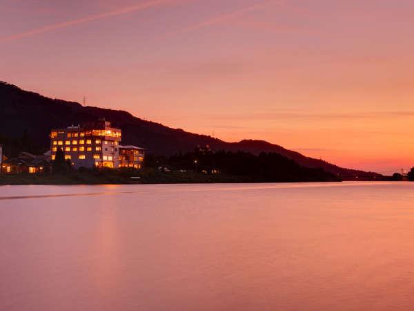 美しい夕焼けと共に阿賀野川対岸より
