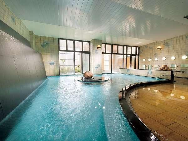 泉質の良さと豊富な湯量の広々とした男性大浴場