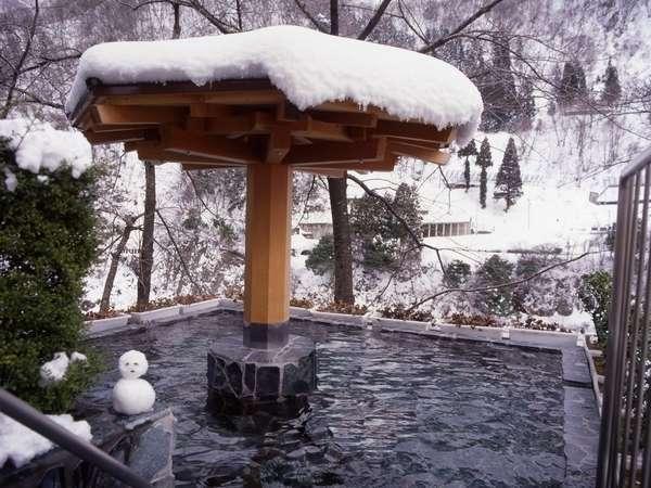 【男性露天風呂】冬には白く明るく輝くなかで、温かさに心癒される雪見露天風呂を。