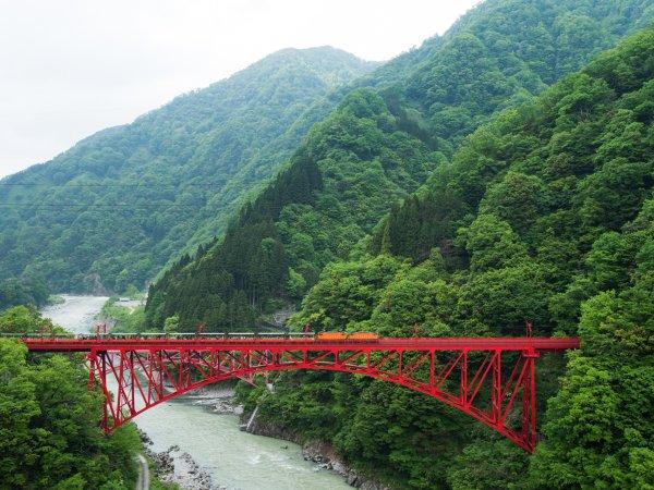 トロッコ電車が赤い山彦橋を渡るところをご覧いただけます。【6F和洋室】