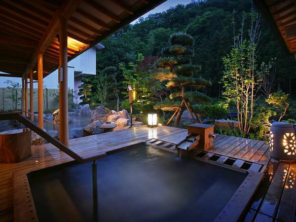 大浴場「喜久の湯」 ヒバの露天風呂(夜)