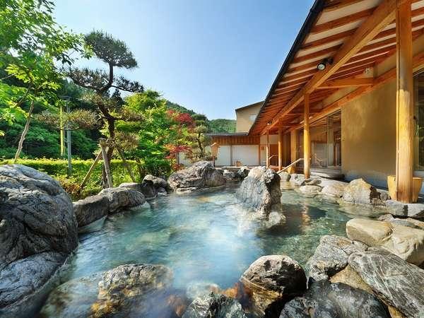 晴天の陽が差す大浴場「喜久の湯」庭園露天風呂 心も身体もきっと癒されるはず。