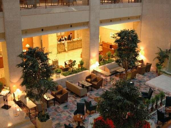 緑爽やかな樹々に彩られたロビーラウンジ。この他1階には3箇所のレストラン・売店をご用意しております。