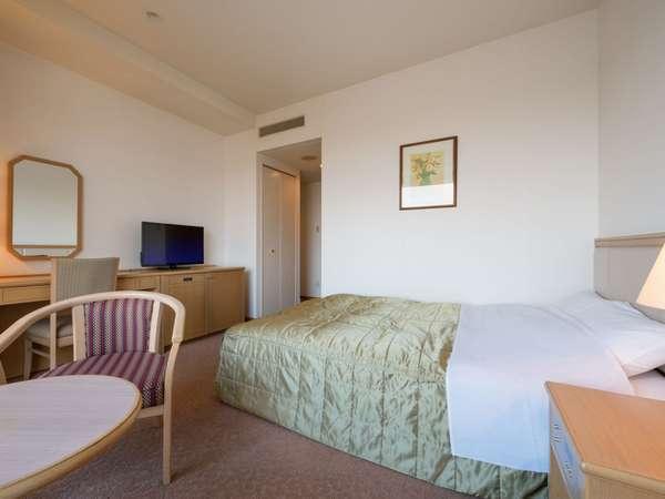 眺望よい上層階にあり、大型の窓とダブルベッドを備えたお部屋。