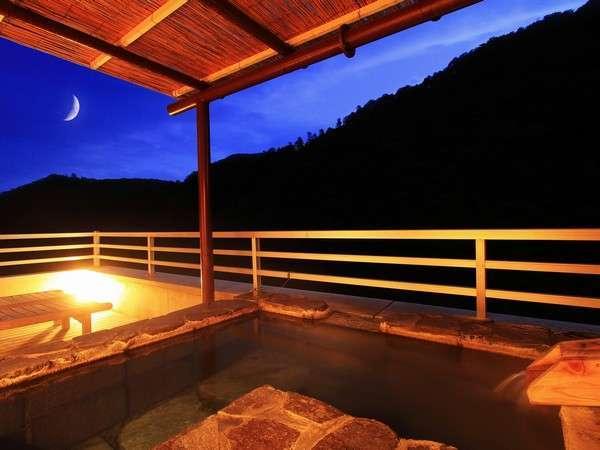最上階露天風呂付き客室からの夜景。24時間源泉掛け流しでお入りいただけます。