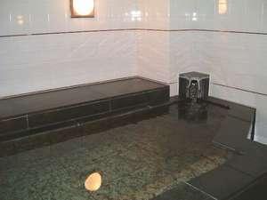 大浴場とは言えないけれど、ゆっくり入れるお風呂です。24時間入浴可能。