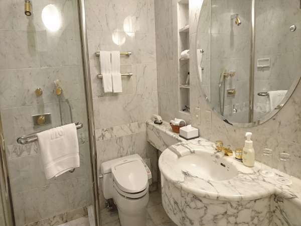 シャワーブースとバスタブが分かれたタイプのバスルーム