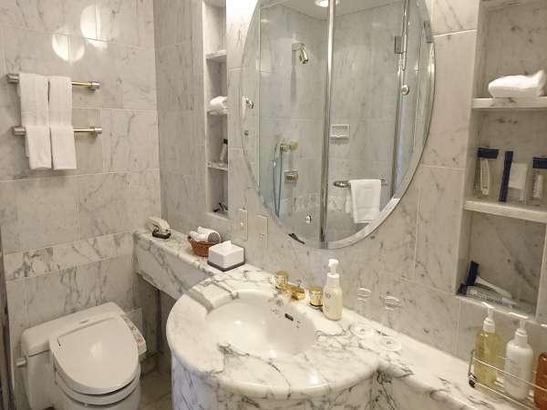 シャワーブースとバスタブが分かれたエグゼクティブスイートルームのバスルーム