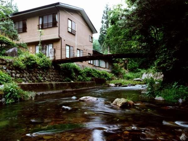 渓流沿いに建つ渓山荘