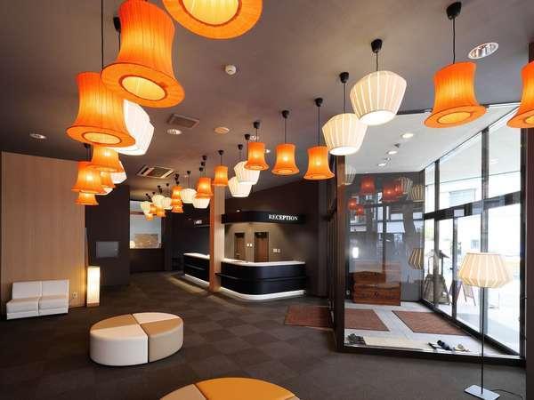 シンボルカラーでコーディネイトしたライティングはホテルの顔、ゲストの皆様を明るくお迎え致します。