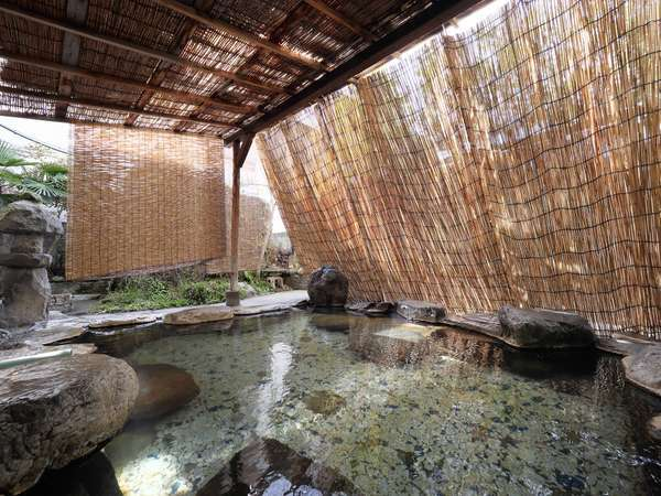 ホテル1F源泉かけ流しの露天風呂は、貸切でお楽しみ頂く岩風呂です。広々とした露天風呂は大人気です。