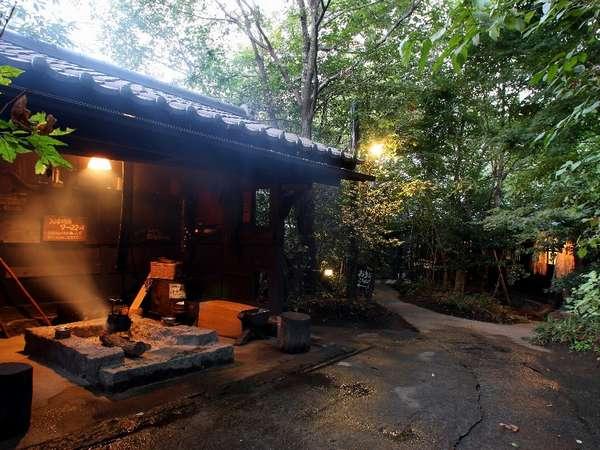 【囲炉裏】露天風呂への小路には囲炉裏も…。湯上りはここでゆっくり過ごそう/例