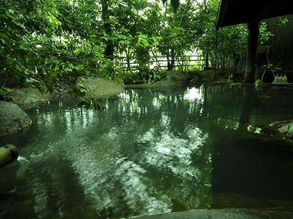 【大浴場】男女交代制の露天。自然の岩の形を生かした湯船は木々に囲まれた癒しの空間/例