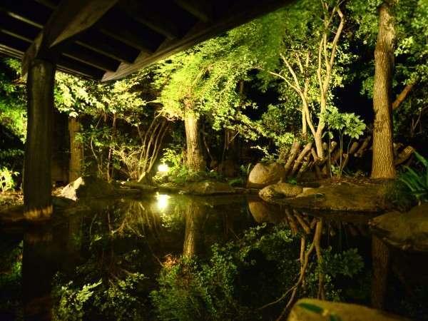 【夜の露天】灯りに照らされる木々が湯面に映り、幻想的な時間をお愉しみ頂けます