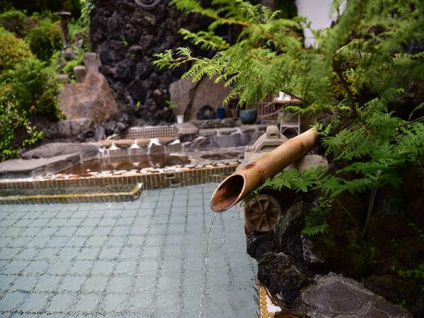 源泉かけながしのお風呂。庭園を望む風情あふれる露天風呂でどうぞごゆっくりおくつろぎください。