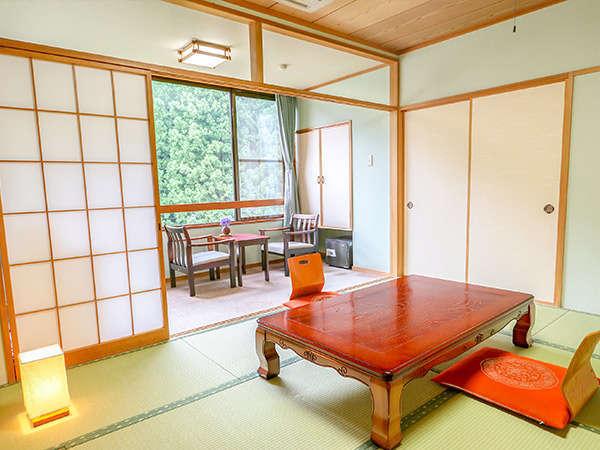 10畳の和室です。どうぞ足を伸ばして寝っころがり、ゆっくり旅の疲れを癒してください。
