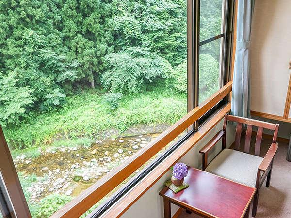 窓の外には塩原の美しい四季が見渡せ、眼下は塩原の清流・箒川を望むことができます。