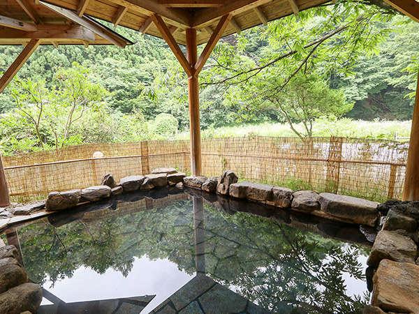 男性用露天風呂です。見渡す限り塩原渓谷の自然に包まれた、開放感あふれる露天風呂です。