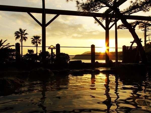 【露天風呂】露天風呂から望む黄金色の夕陽、秋から冬にかけての夕空は感動!の一言