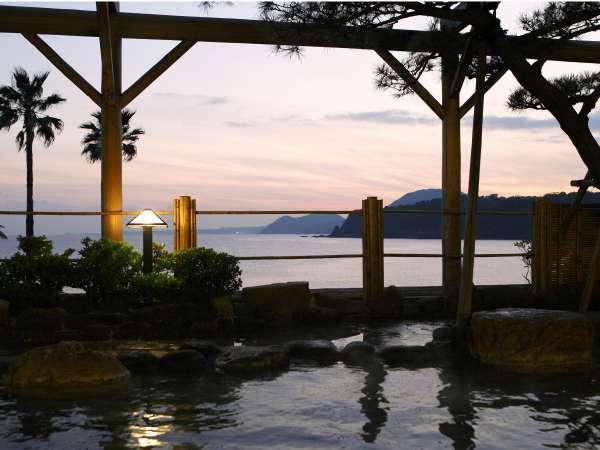 【露天風呂】2本の源泉を持つ稲取銀水荘、南の空が夕焼け色に染まります