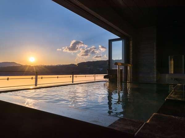 西の空に沈む夕陽。客室専用露天風呂より一望!
