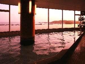 【大浴場】夕暮れのひとときもオススメ♪打ち寄せる波を眺めながら時を忘れる時間