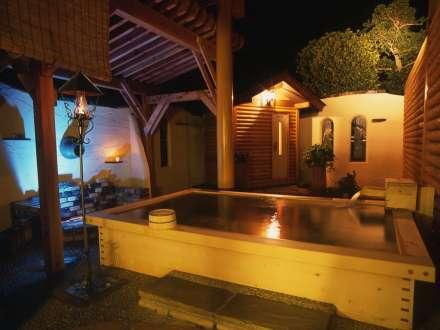 夜の露天風呂。夜空を眺めつつ湯につかっていると、疲れも忘れてしまいます。