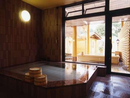 女性用大浴場。朝の入れ替えで桧風呂も岩風呂も両方お楽しみいただけます。
