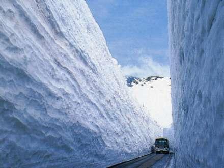 雪の大谷。例年5月末まで雪の回廊を歩くことができます。