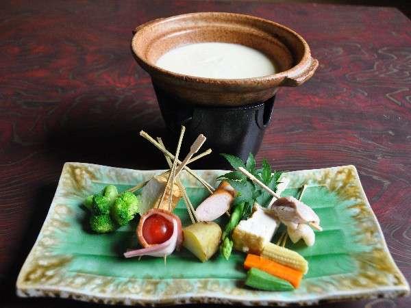 古湯フォンデュ。温泉水を加えた濃厚チーズに、新鮮野菜をつけて堪能。シメはご飯を入れてリゾット風で!